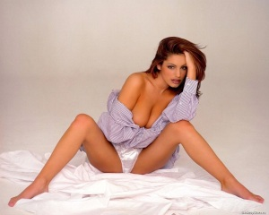 kelly_brook_tousled_on_bed